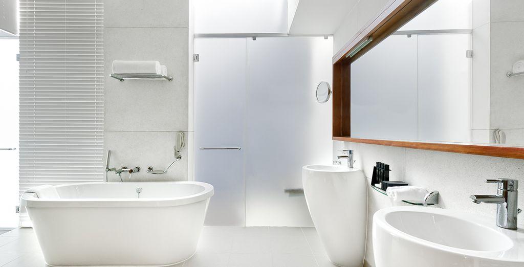 Rafraîchissez-vous dans votre salle de bains spacieuse