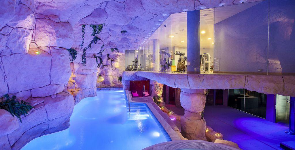 Potrete rilassarvi nella piscina coperta dotata di bagno turco e idromassaggio