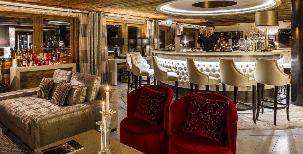 Sorseggiate un drink in uno dei bar dell'hotel