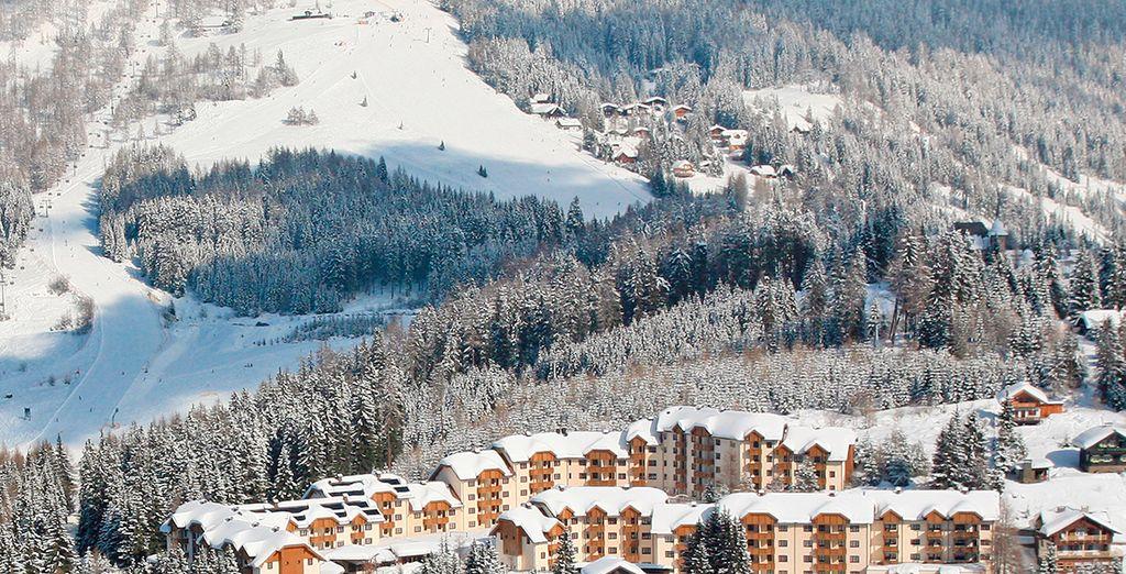 Fotografia delle Alpi austriache, montagne e foreste innevate