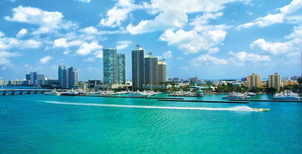 Fotografia della città di Miami e dei suoi grattacieli in Florida, vista sull'Oceano Atlantico