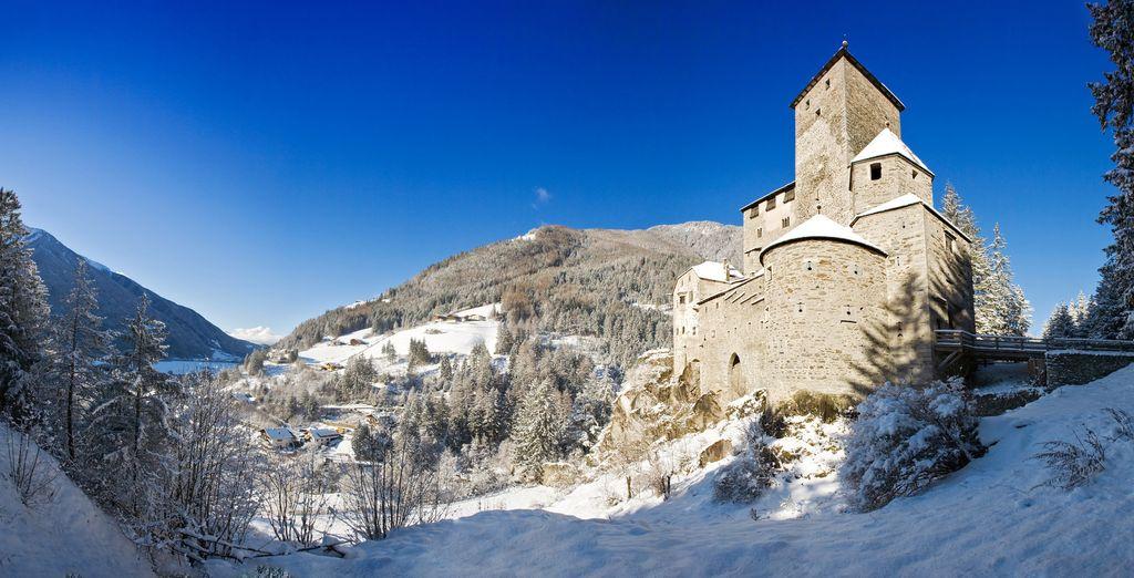 Fotografia di Bolzano e delle montagne innevate, per un romantico weekend nel bosco