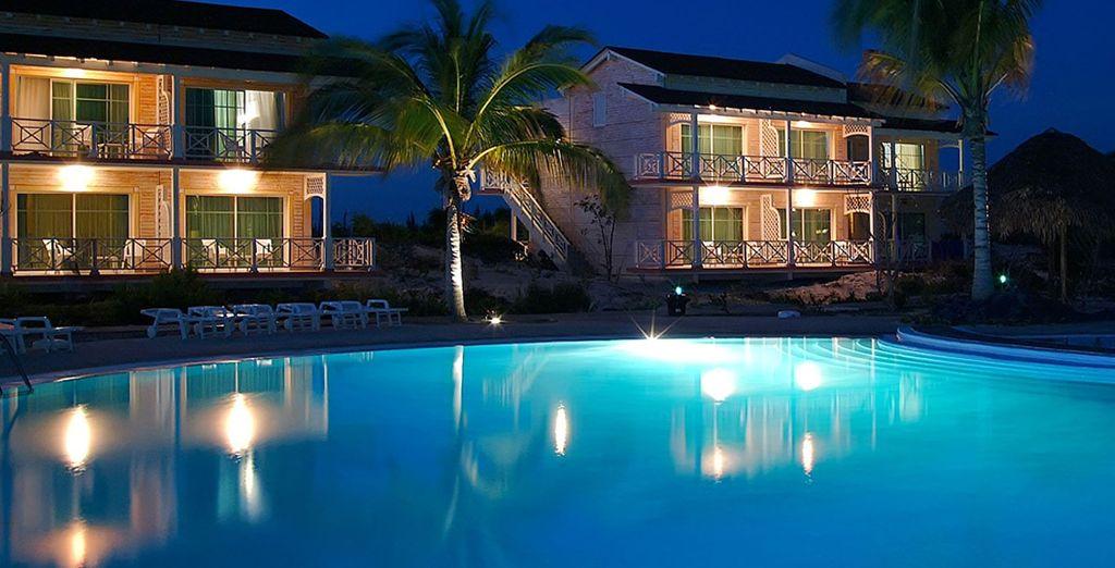 Anche di notte, la piscina è invitante
