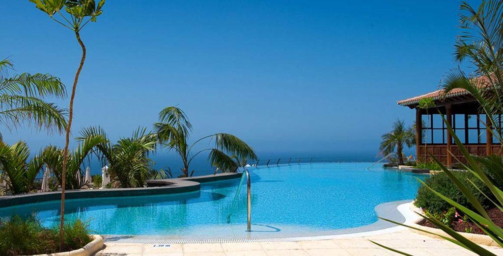 Rilassatevi nella piscina dell'hotel
