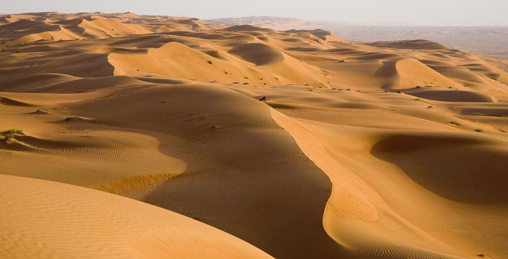 Il deserto dell'Oman con le sue dune è pronto per il turista curioso