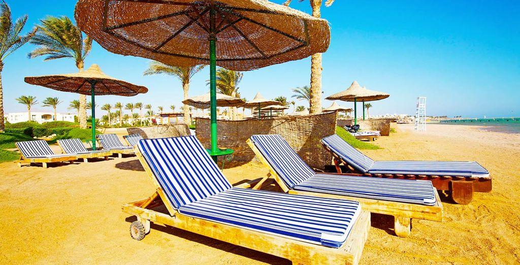 Rilassatevi sui morbidi lettini della spiaggia
