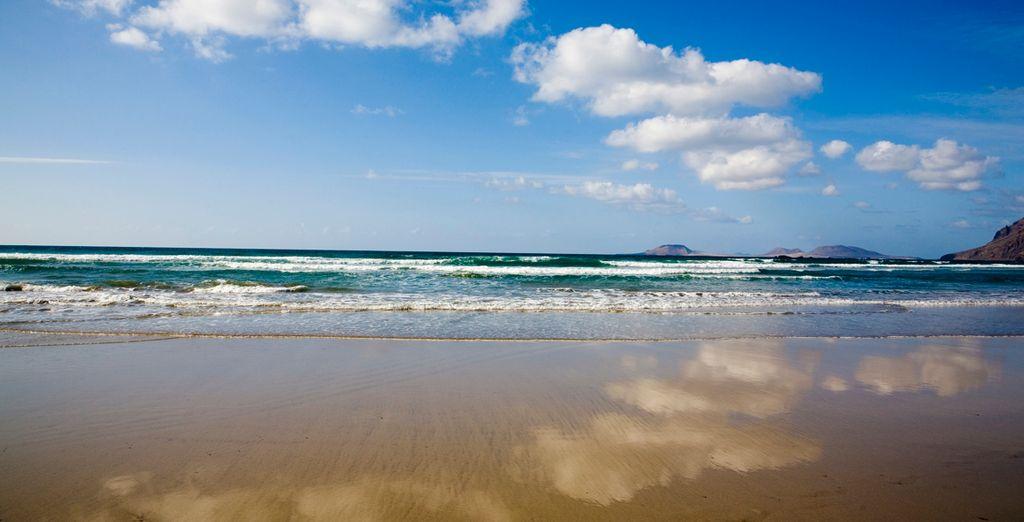 Prendete il sole sulla spiaggia e fate un tuffo in acqua