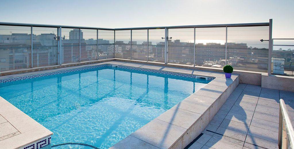 Vi attende una nuotata rigenerante mentre ammirate il panorama sulla città