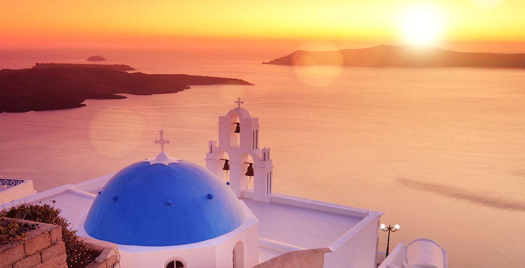 Santorini con i suoi paesaggi famosi in tutto il Mondo vi attende