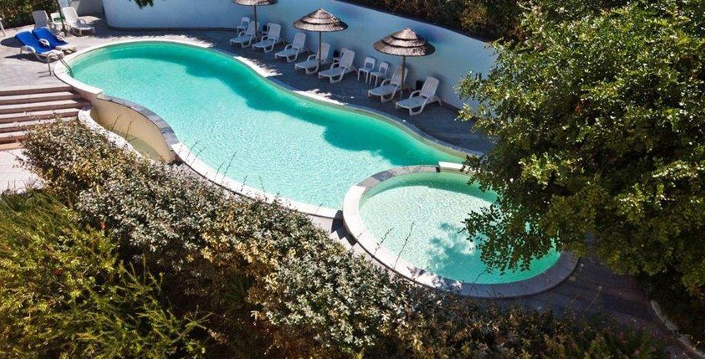 La grande piscina vi attende per rinfrescarvi durante la giornata