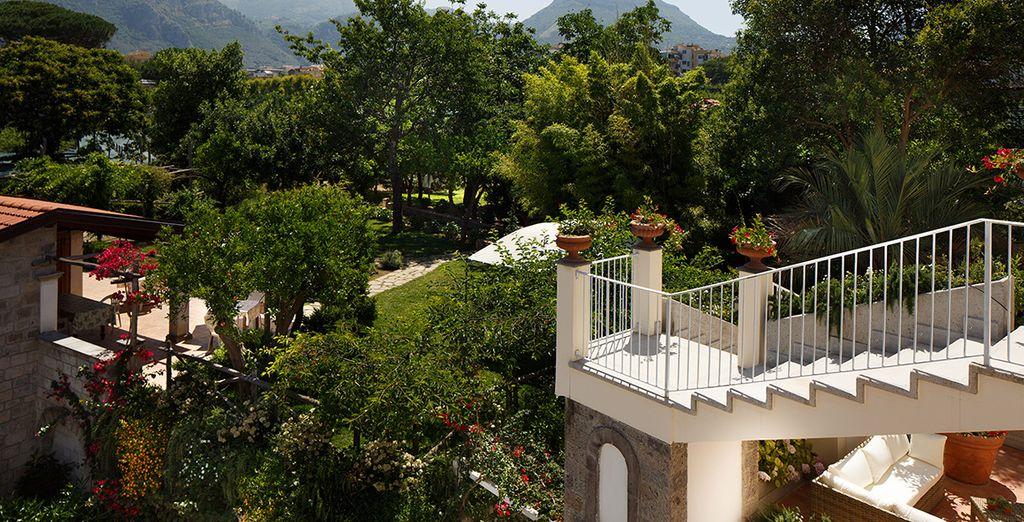 immersi nel verde di un giardino mediterraneo