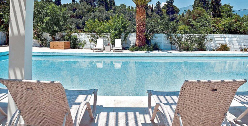 Rilassatevi a bordo piscina e godetevi il sole caldo della Grecia