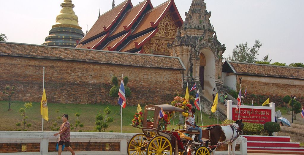 Visiterete il Wat Phra That Lampang Luang, un grande tempio situato su una collina circondata da mura