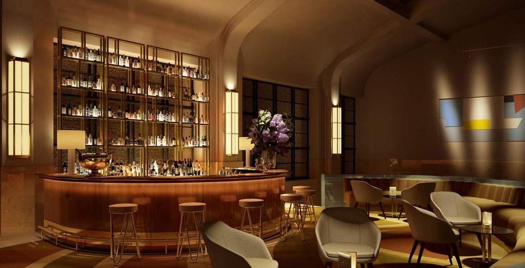 un raffinato bar in cui sorseggiare un cocktail
