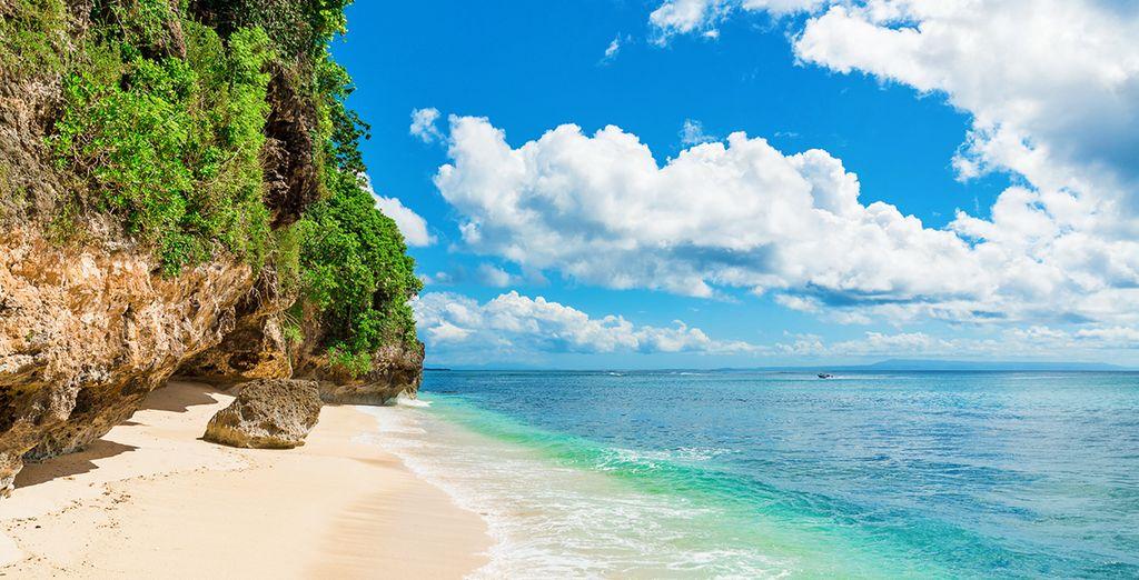 Fotografia delle spiagge di sabbia fine e delle acque turchesi di Bali, Indonesia