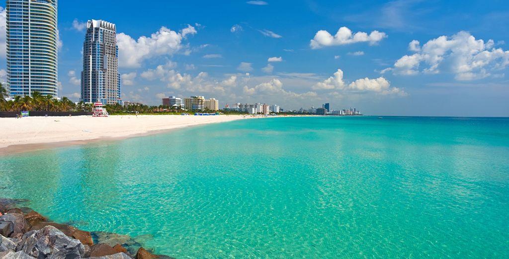 Spiaggia di sabbia fine di fronte a Miami, Florida