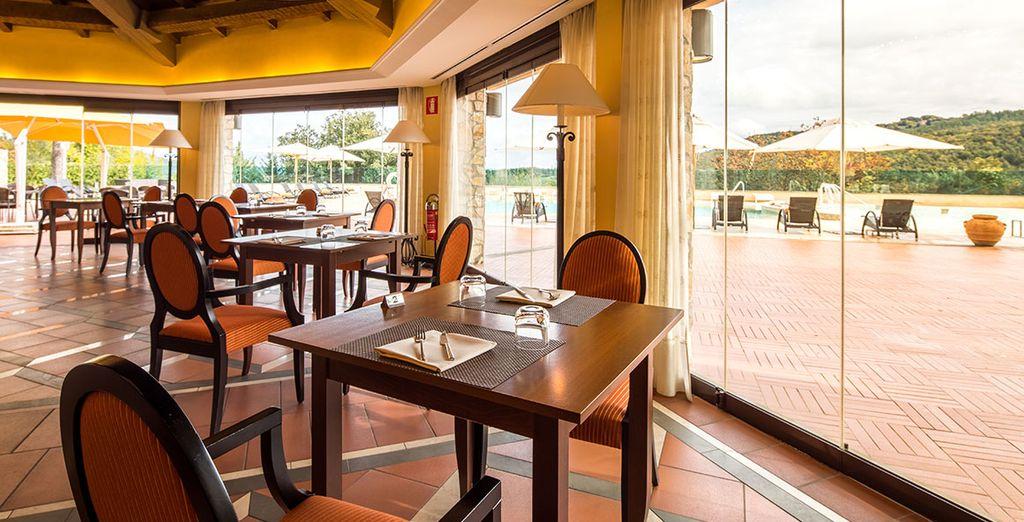 Il ristorante Brigante vi attende con le sue pietanze e la vista sulla piscina