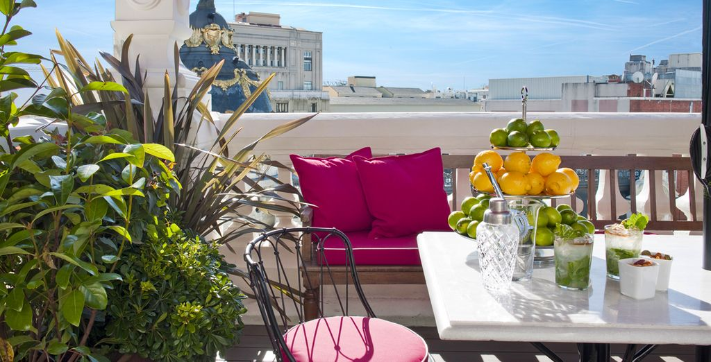 Sulla terrazza con vista panoramica sulla città