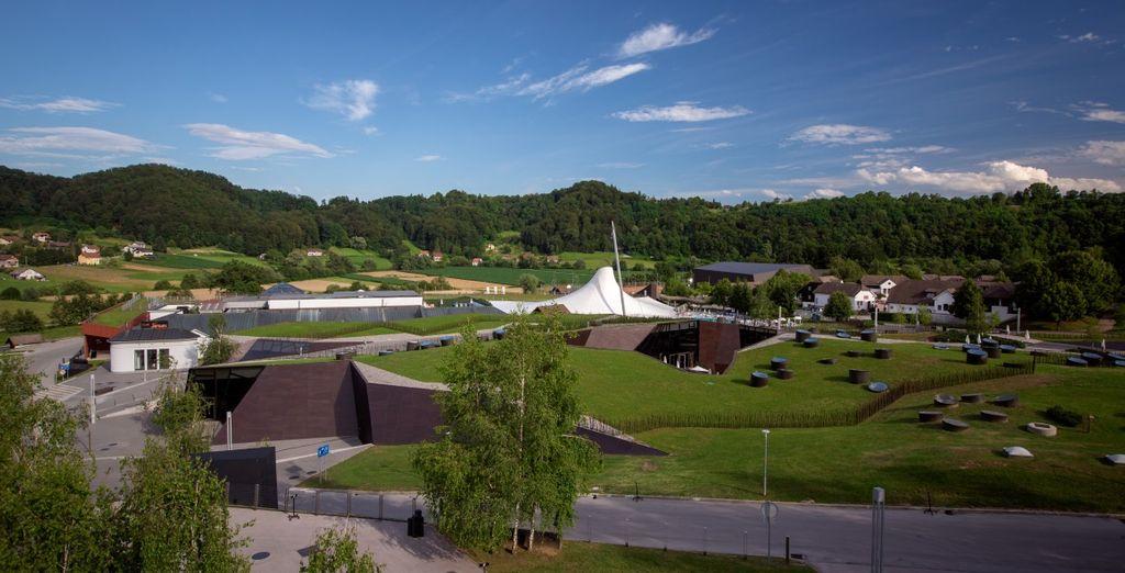 dall'architettura fluida, i tetti verdi e le grandi superfici luminose