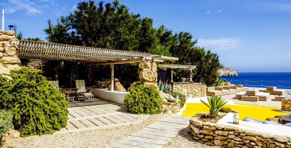 La struttura è armoniosamente inserita nel paesaggio grazie alla particolare architettura in pietra viva