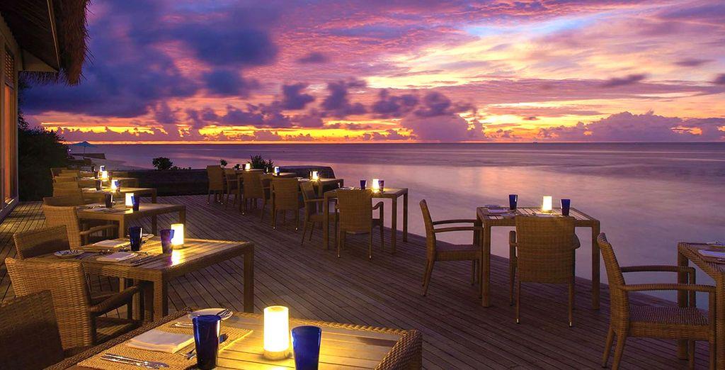 Godetevi gli splendidi colori del tramonto fronte oceano