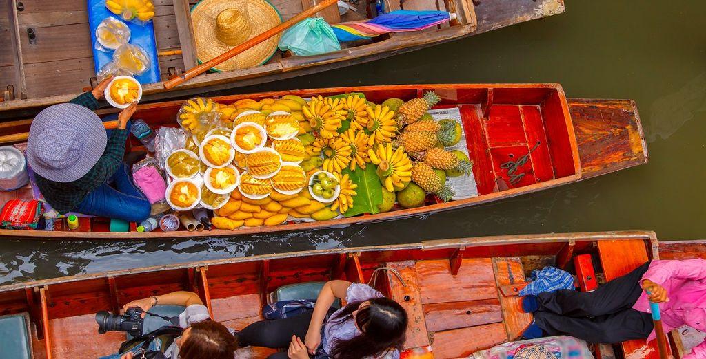 Scoprite i colori delle sue strade e dei suoi mercati sull'acqua