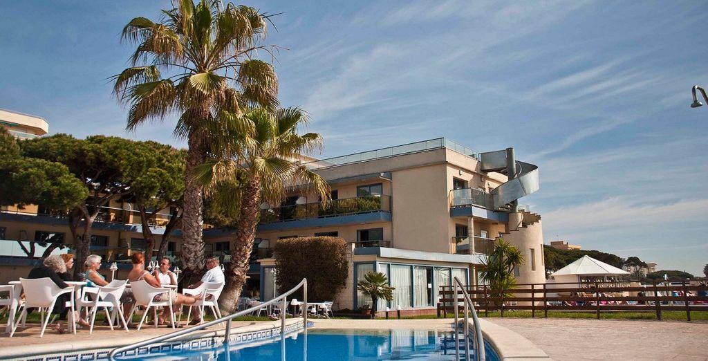 Rilassatevi a bordo piscina, godendovi il sole spagnolo con un cocktail in mano