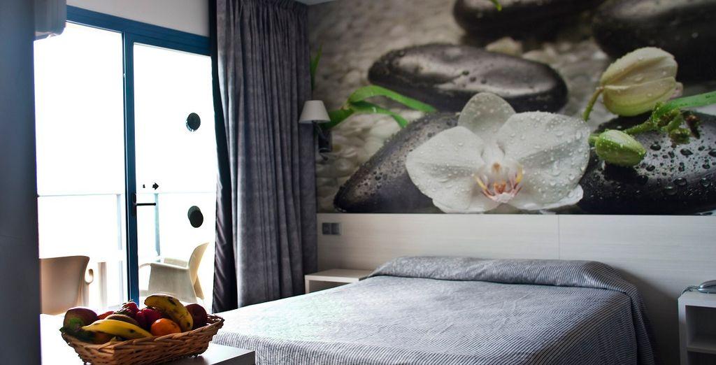 Le camere Standard a voi riservate sono comode e spaziose, con balcone e vista mare