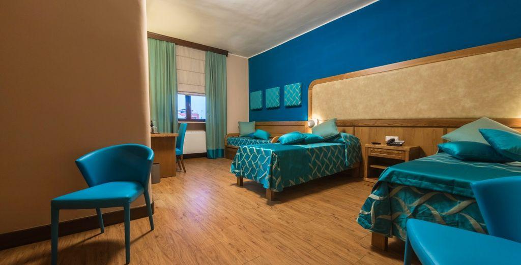 Le camere sono arredate con uno stile che collega idealmente l'hotel al suo adiacente contesto