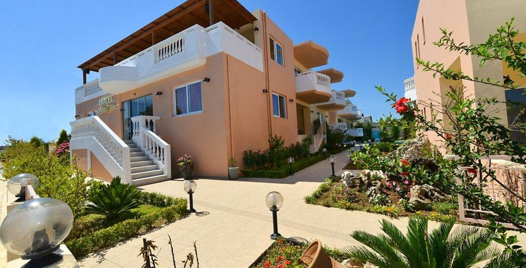 Il Golden Rose Suites è un confortevole hotel immerso in un giardino