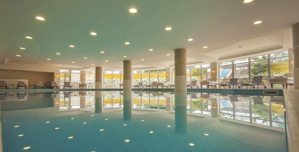 Un'ampia piscina coperta riscaldata è l'ideale per nuotate rigeneranti