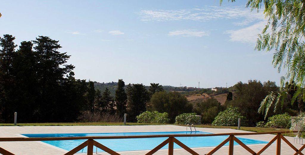 e prendetevi dei momenti per gustare la pace e il relax tuffandovi nella bella piscina esterna