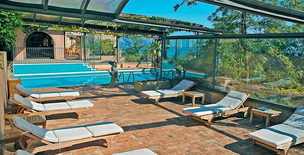 Godere dei colori e dei profumi nella vostra piscina con solarium