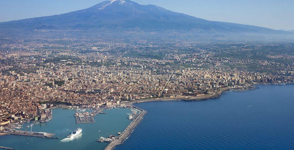 Visitate Catania, affacciata sulla costa ionica e dominata dall'Etna