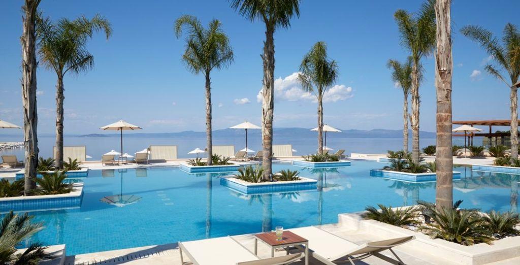 Un'ampia piscina esterna con affaccio sul mare per momenti di totale relax