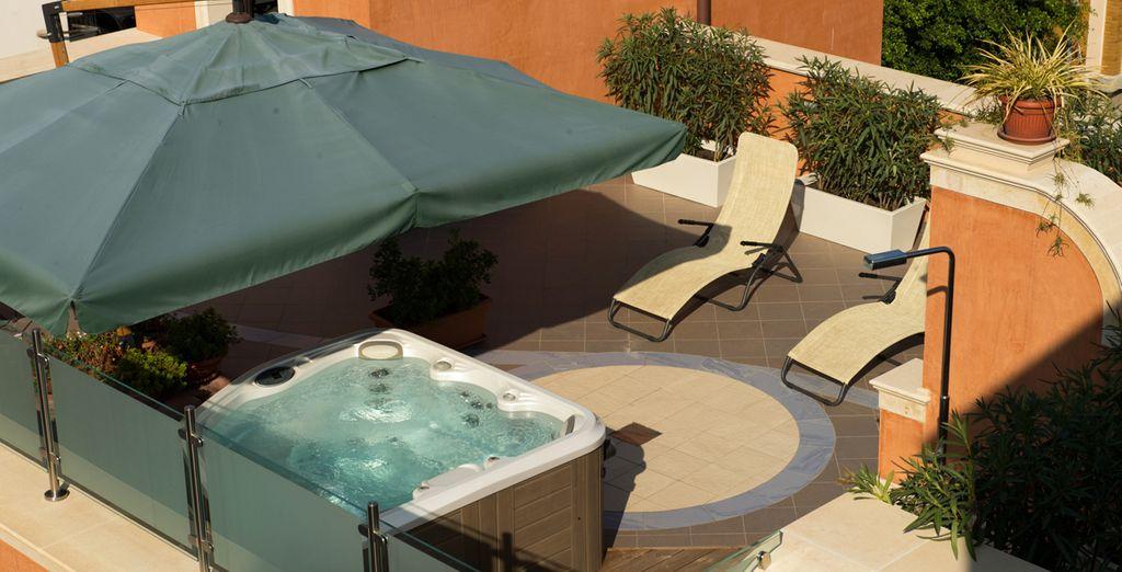 Lasciatevi coccolare dal sole sulla terrazza attrezzata con vasca idromassaggi