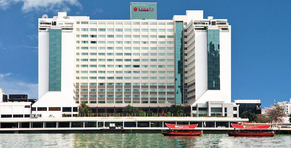 Qui soggiornerete presso il Ramada Plaza Menam Riverside situato sulla riva orientale del leggendario fiume Chao Phraya