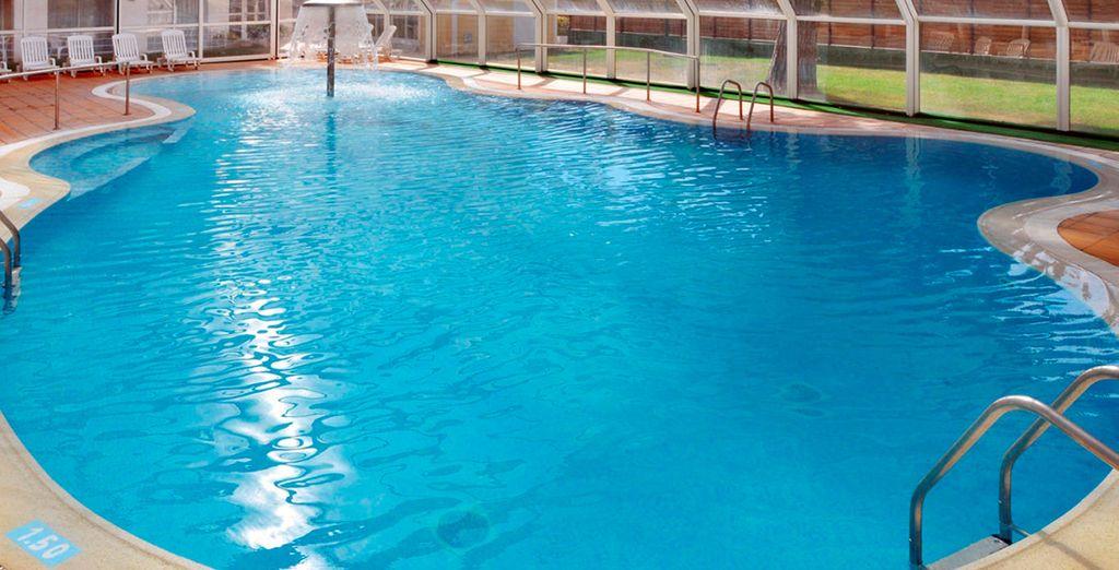 O godetevi un bagno rigenerante nella grande piscina coperta