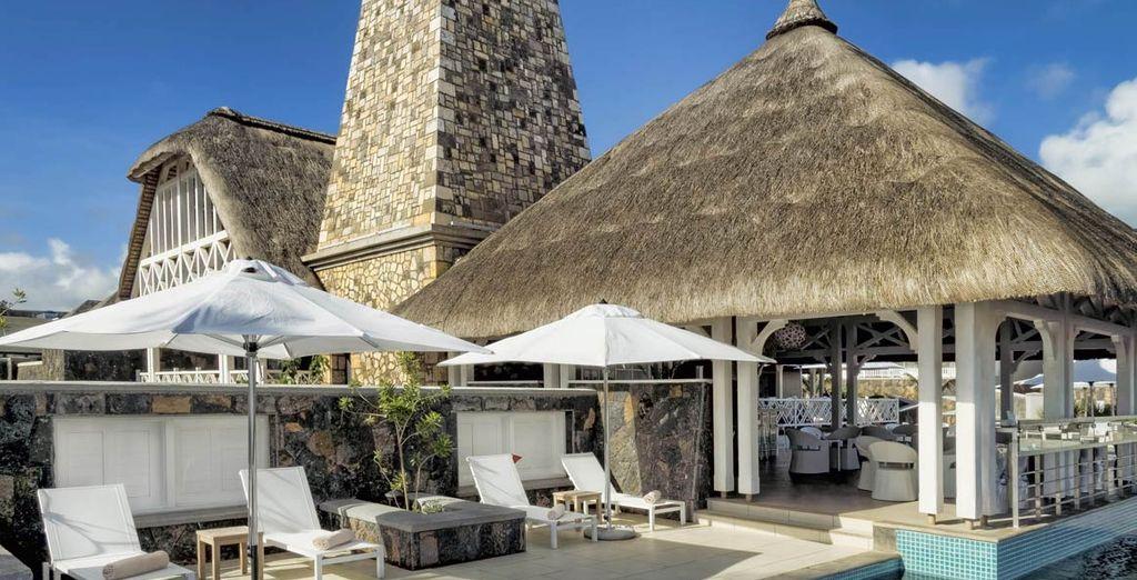 Il bar nella zona piscina è l'ideale per una pausa rinfrescante