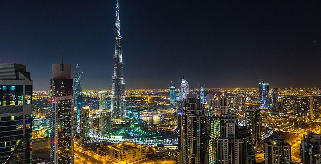 La città di Dubai di notte