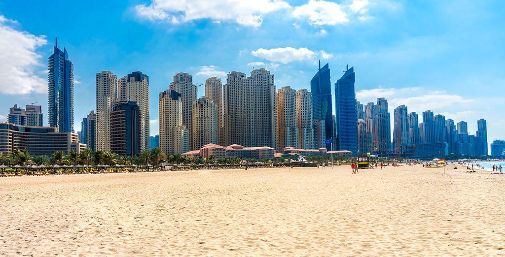 Fotografia delle spiagge di sabbia fine e della città di Dubai con i suoi grandi grattacieli.