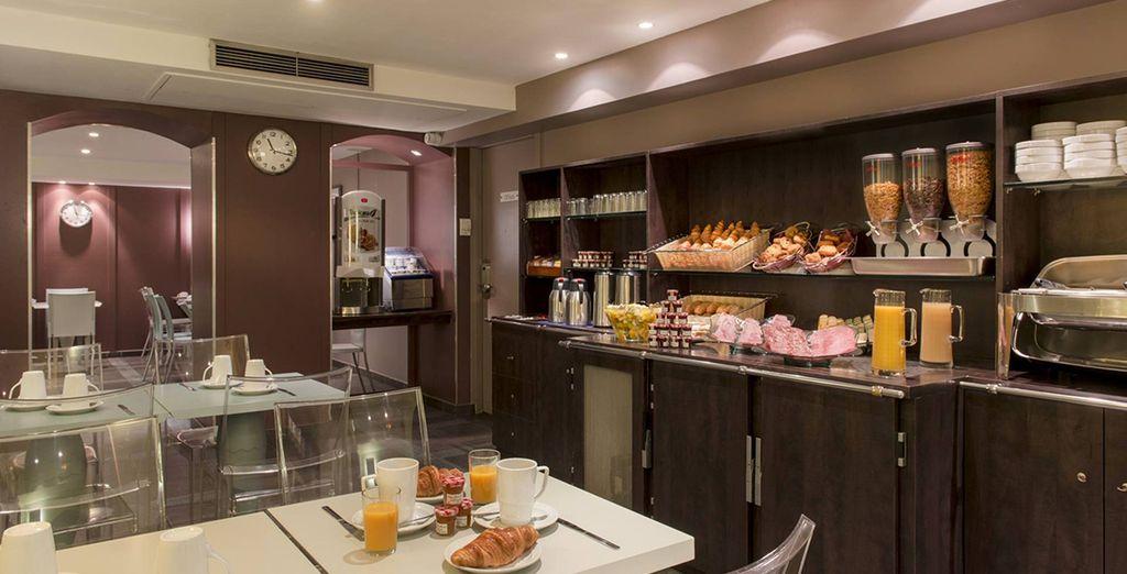 Godrete di una deliziosa colazione a buffet per la mattina