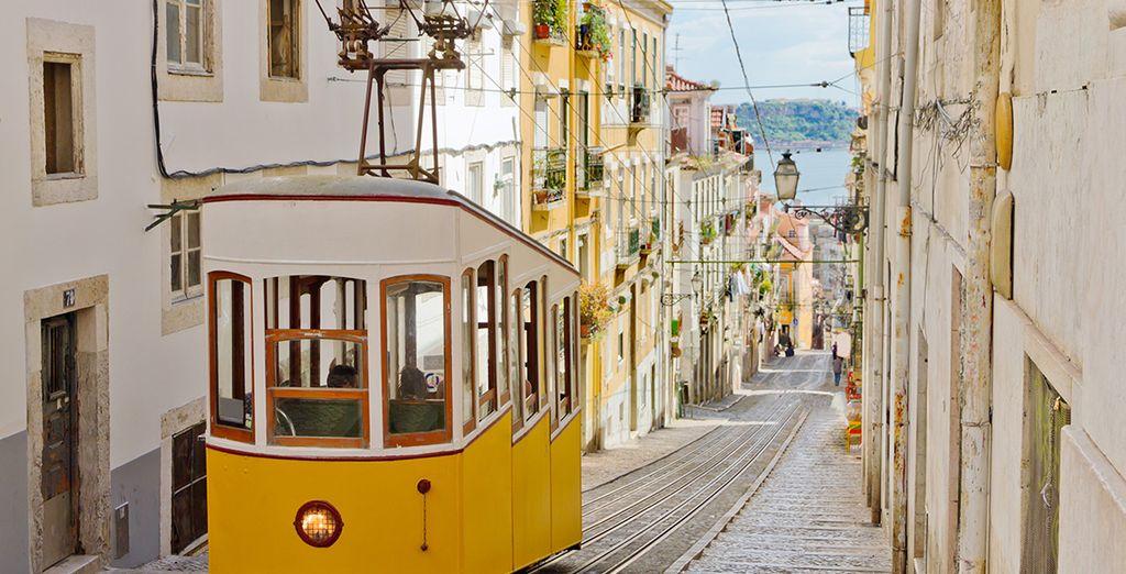 Non perdetevi un giro sul mitico tram 28, una delle attrazioni principali della città.