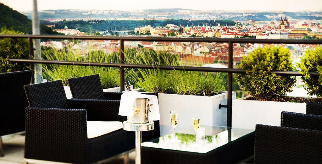 Accomodatevi sulla terrazza con vista sulla città per un drink