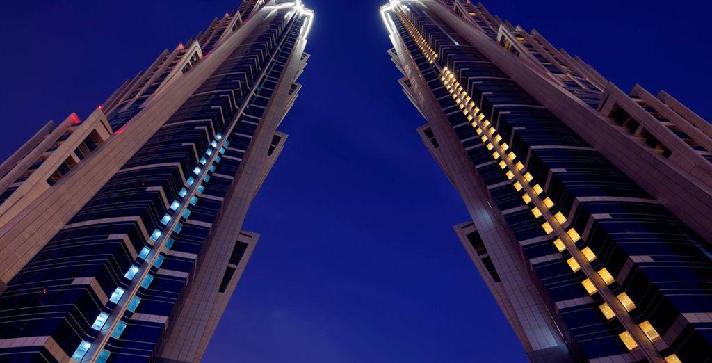 Situato in un maestoso palazzo di 72 piani, raggiungendo l'altezza di 355.4 metri