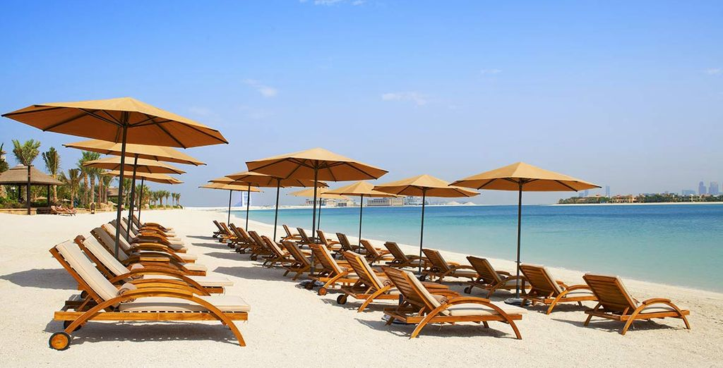o rilassarvi sulla splendida spiaggia di sabbia bianca