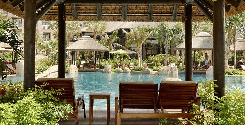 Godetevi la quiete a bordo piscina, circondati dalla natura