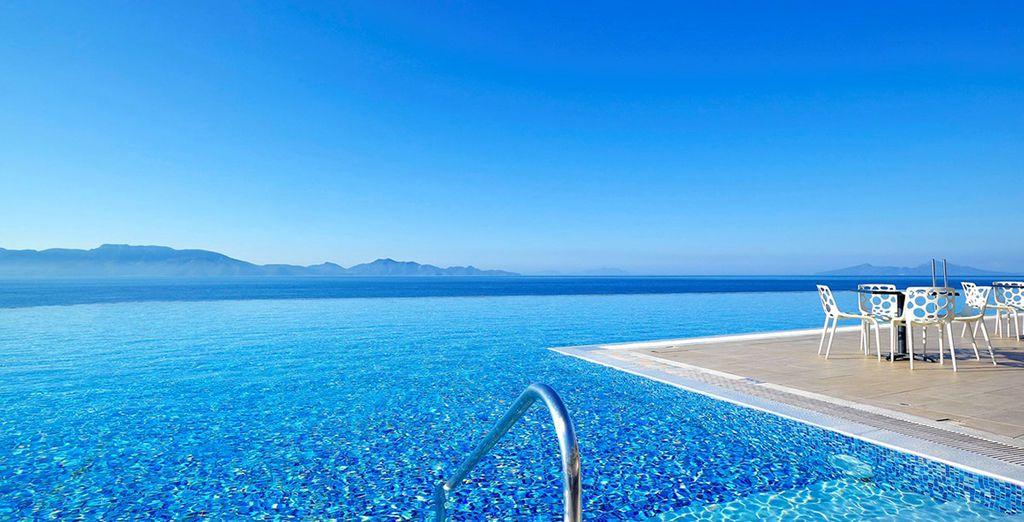 Situato sulla costa di Agios Fokas offre splendide viste sul Mar Egeo