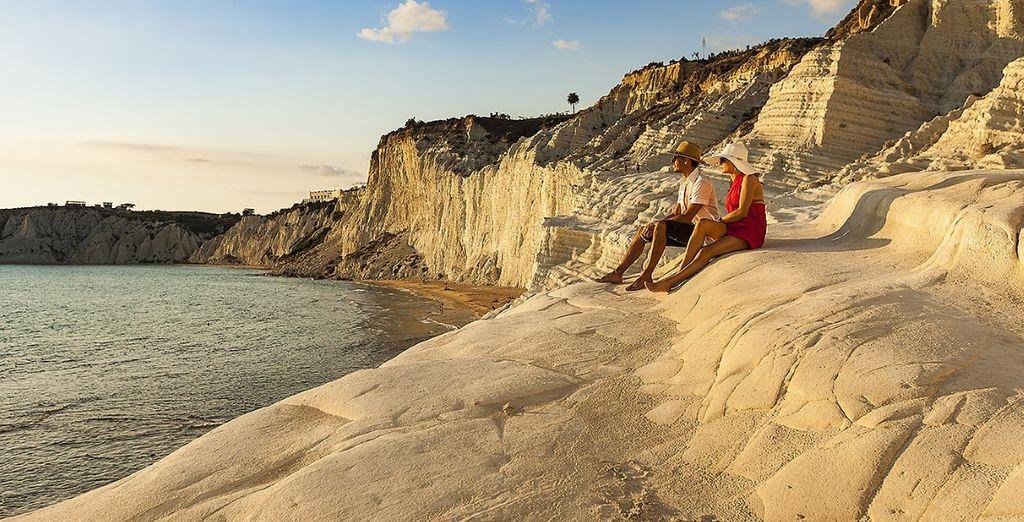e luoghi di rara bellezza come la splendida località balneare di Scala dei Turchi