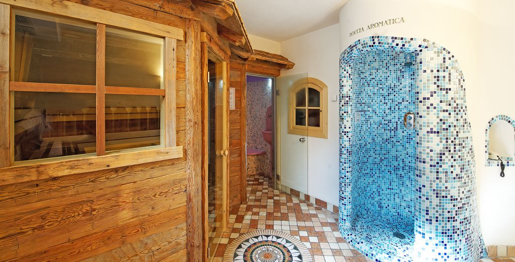 nell'accogliente spa della struttura, con sauna, bagno turco e docce emozionali